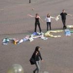 Schriftzug aus Plastiktüten - Aktion von Hanauer Schülern anlässlich des 1. Hessischen Tages der Nachhaltigkeit am 23.9.2010, Foto: Peter Centner