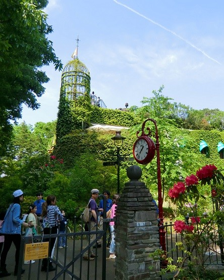5月6日(2013) ジブリの世界へ(連休の最終日、三鷹の森ジブリ美術館の入り口にて)