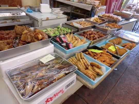 肉屋さんには、いろいろなお惣菜が並んでいた。とても安い!