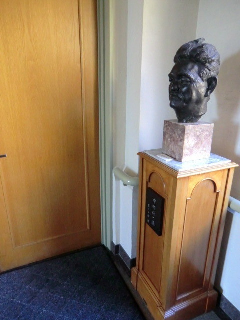 2F展示室の入口と画伯の彫像