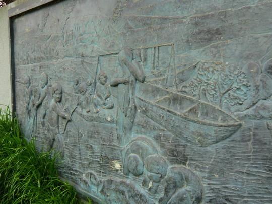 原田さんが子供のころ遊んでいた野川の近くにあるレリーフのモニュメント。大昔の人が川で魚を獲っている