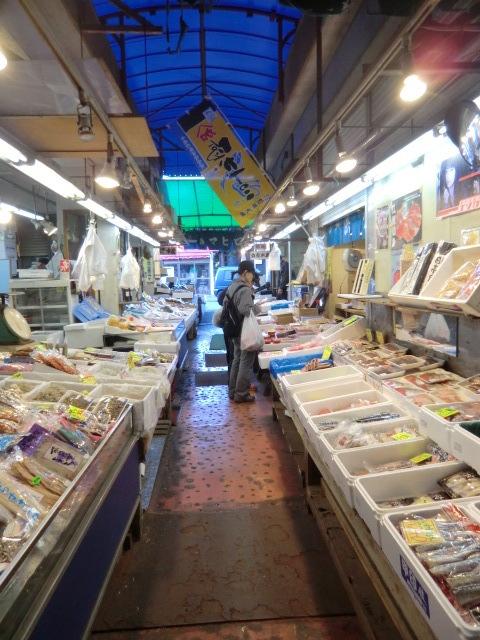 目的地の調布市場の魚屋さん。築地から直送のおいしそうな食材がいっぱい