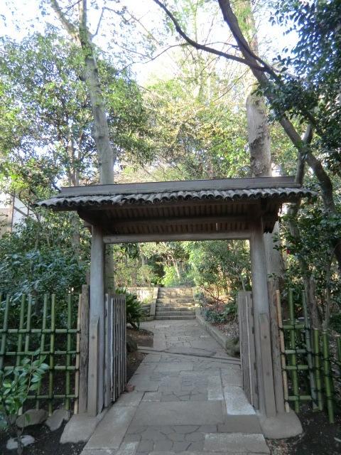 美術館裏の旧邸宅地に入る門
