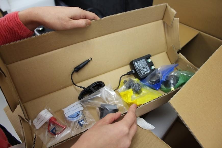 電源プラグ、水準器、ベアリングオイル、レンチが入っています。