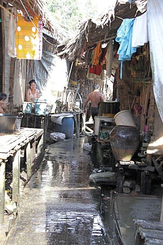 貧困層の人たちが生活するスラム・コミュニティの様子