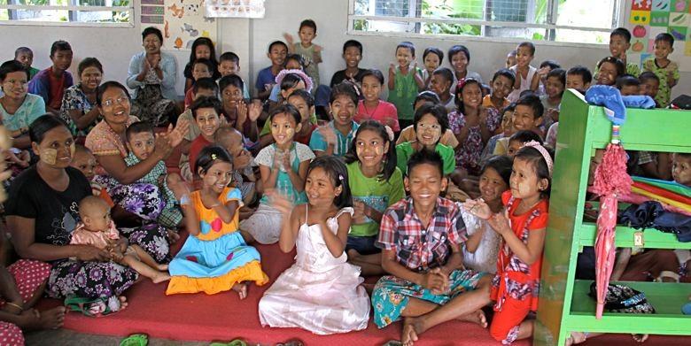 """読み書きのできない子どもたちのプログラム""""Sharing Loveに参加する子どもたたち"""""""