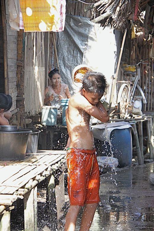 スラムでの水浴び