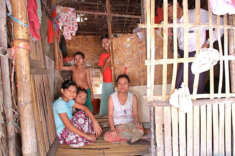 貧困コミュニティの家の中(Sharing Loveプログラムに水色の服の子が参加している:前の写真に写ってます)