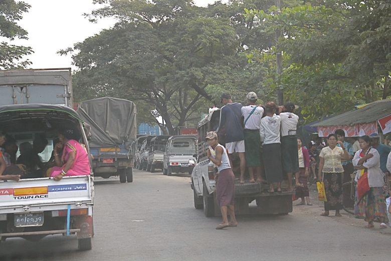 人を満載して走る乗り合いバス?
