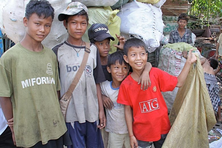 ゴミ捨て場で働く子どもたち。後ろの袋はゴミの山。