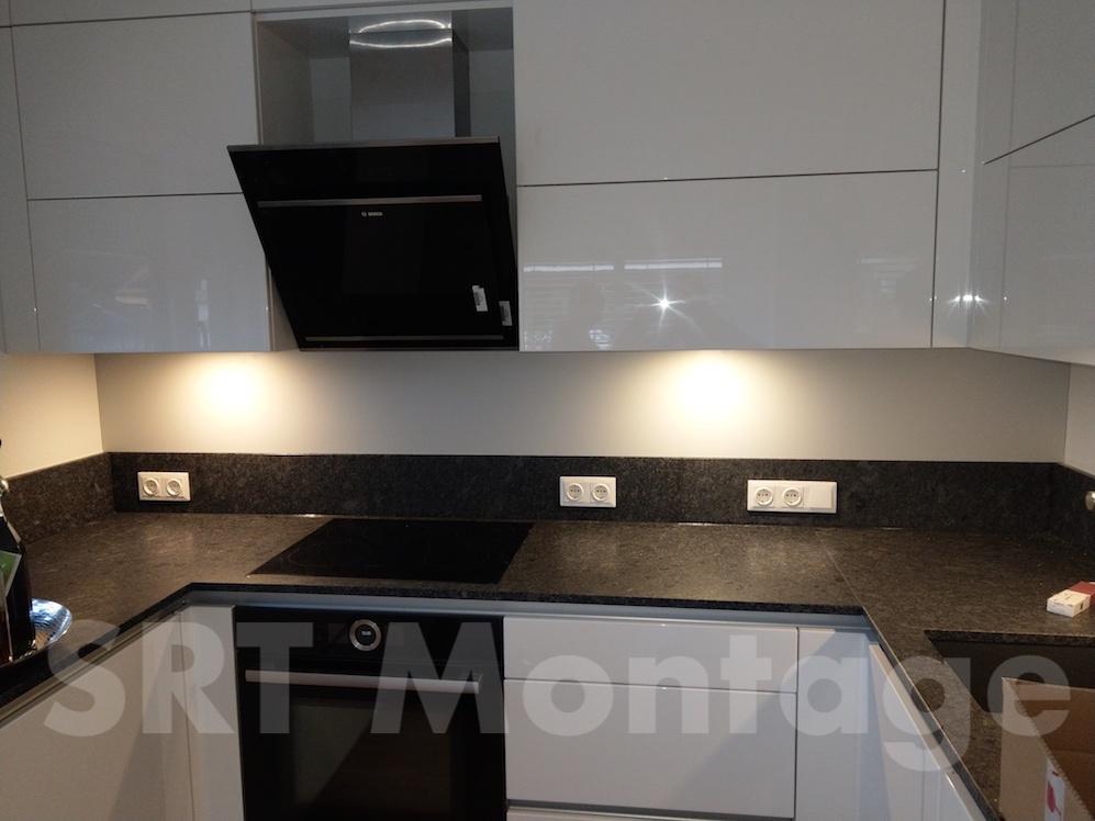 Hochglanzküche mit Natursteinplatte und Umrahmung