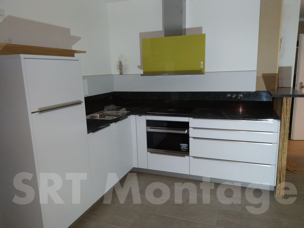 Küche in L-Form mit Steinplatte und Steinhintergrund