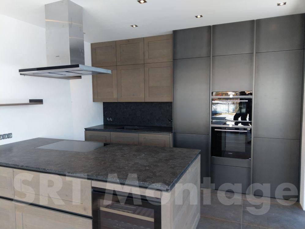Küche mit Holzfront und Steinplatte
