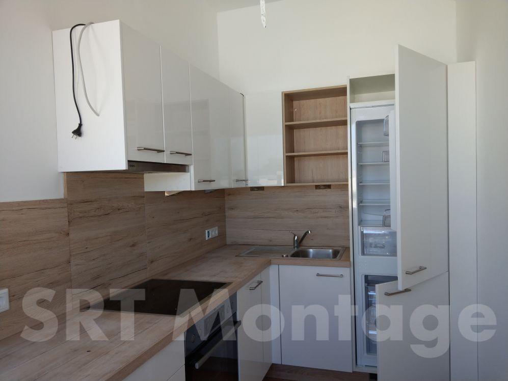 Einbauküche mit Holzdekor-Hintergrund
