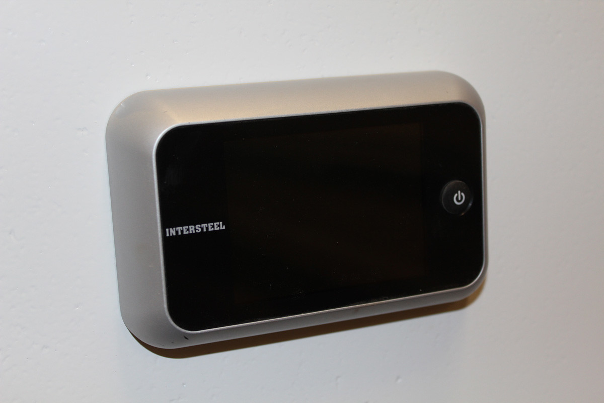 Electronic peephole viewer for street doors and apartment doors