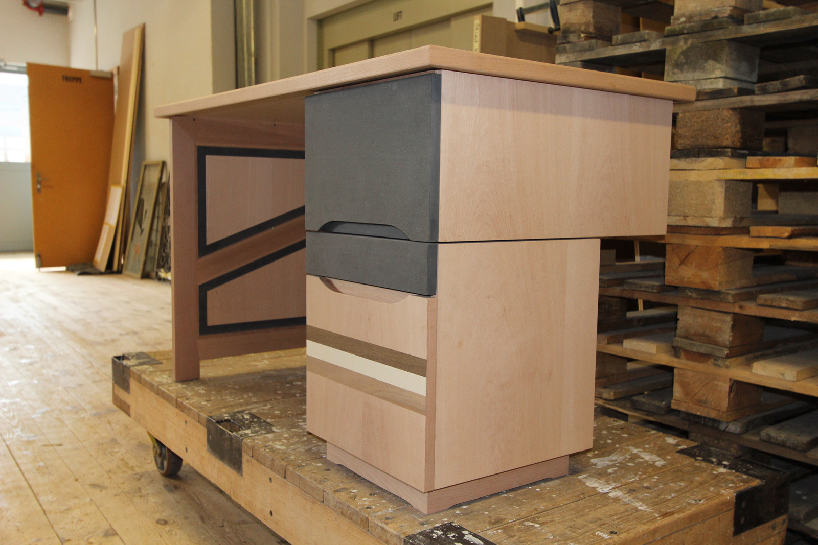 Ein Schreibtisch durch unseren Lehrling wird nach Mass gefertigt.