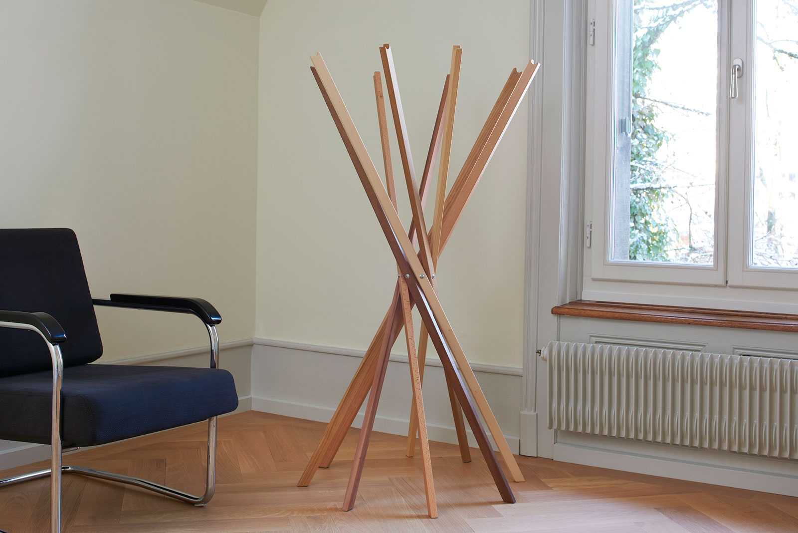 "Wardrobe stand ""Packesel"" solid oak; Design carpenter, photo Alain Bucher"
