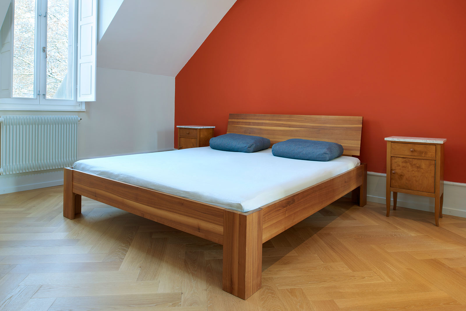 Bed in solid walnut; Design carpenter, photo Alain Bucher