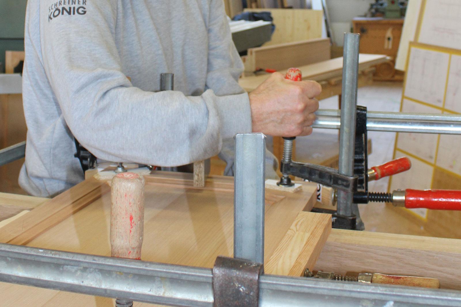 Unser Schreiner-Service repariert beispielsweise Türen und Fenster.