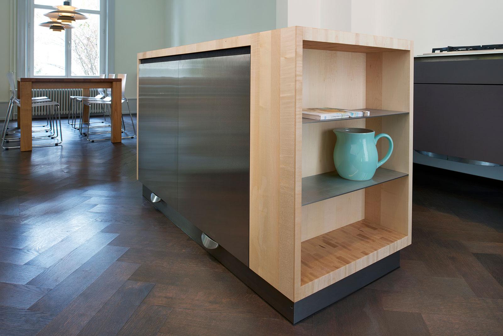 EFH Bern, Kücheninsel, hinter den beiden Fronten in CNS zwei Kühlschränke, Umsetzung Schreiner König