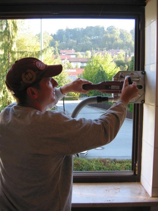 die Sanierungsfräse trennt das alte Fenster vom Mauerwerk