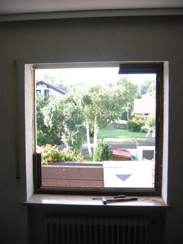 das Fenster wir in Stücken vorsichtig demontiert