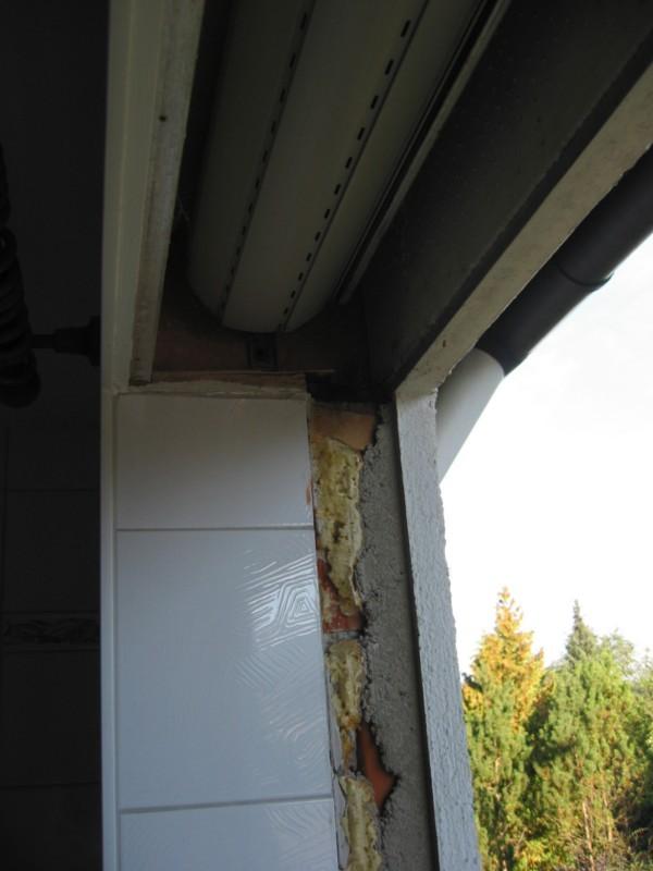 Altfenster wir komplett enfernt, alter Dämmstoff wird entfernt, Rollokasten neu gedämmt