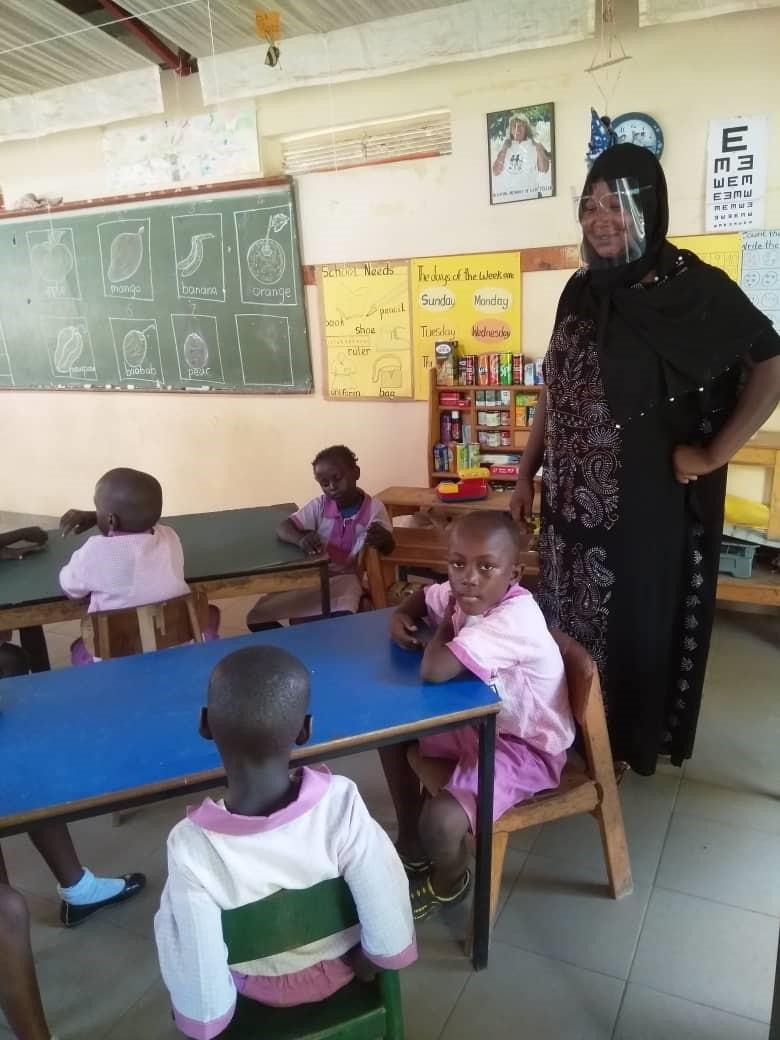Unterricht - Abstand und Maske KLG Gambia