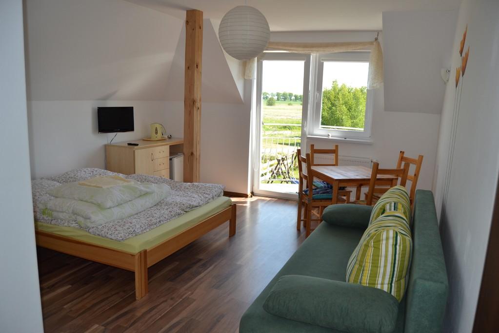 4 Personen Zimmer ausgestattet mit einem Balkon, Bad, TV (alle Deutsche SAT Programme), Teller, Besteck, Kühlschrank, und einem Wasserkocher.
