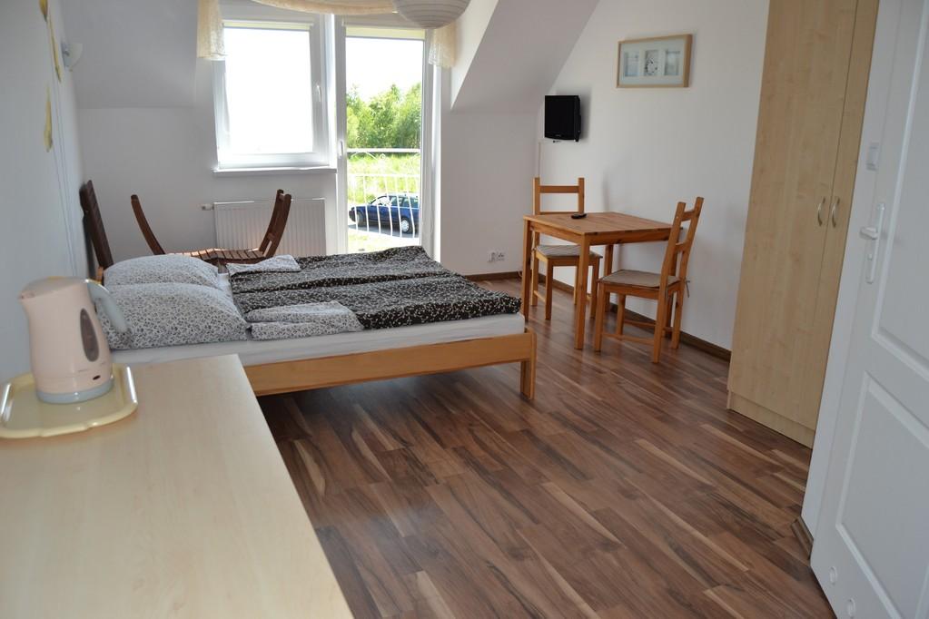 2 Personen Zimmer ausgestattet mit einem Balkon, Bad, TV (alle Deutsche SAT Programme), Teller, Besteck, Kühlschrank und einem Wasserkocher.