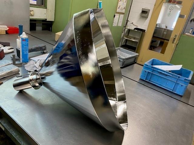 Der verchromte Kegeltrichter wurde aus einem Stahlblech hergestellt