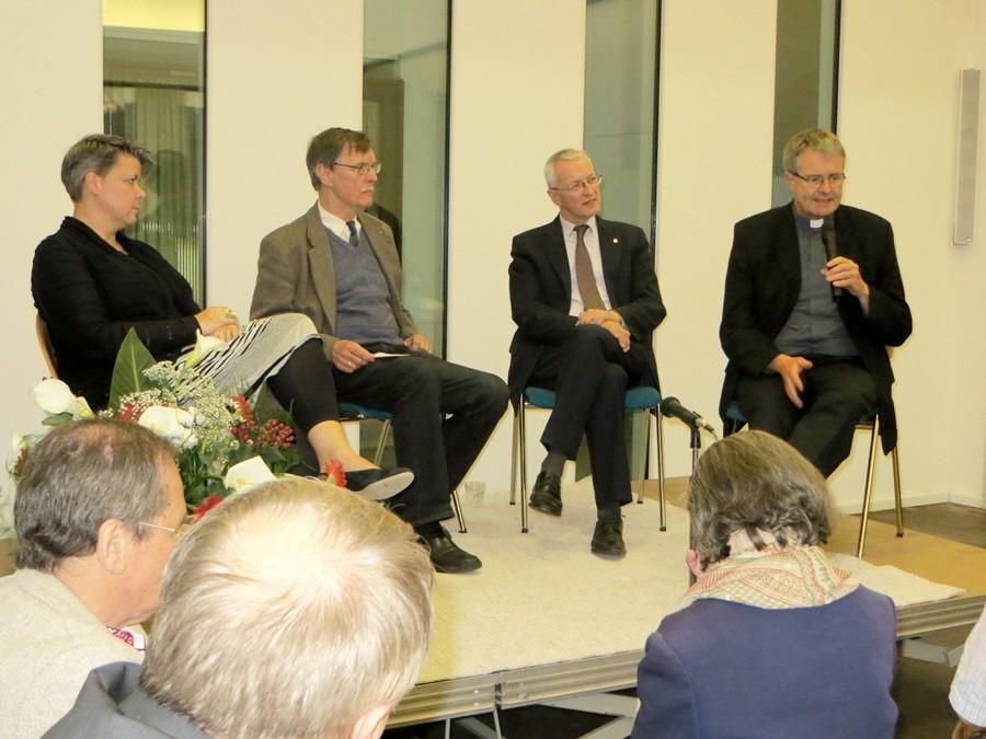 Auf dem Podium: Frau Gaby Hagmans (Caritasdirektorin Frankfurt), Moderator Herwig Steinitz, Caritasdirektor der Ukraine Andrij Waskowycz und Domkapitular Wolfgang Rösch