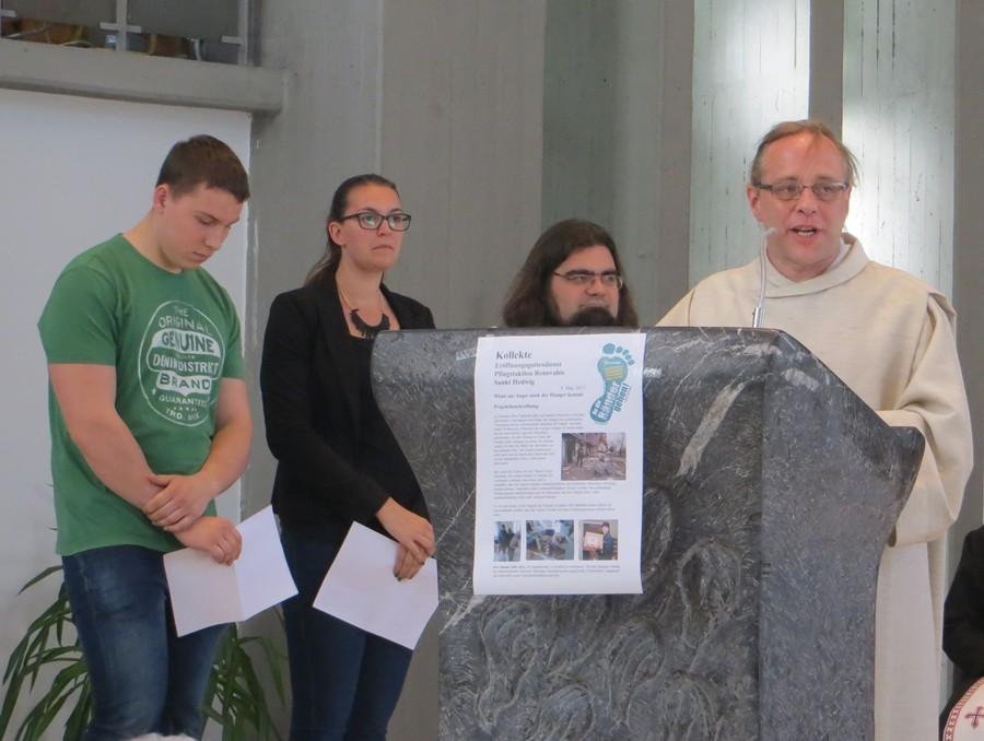 Pastoralreferent Rolf Müller und Jugendliche sprechen die Fürbitten