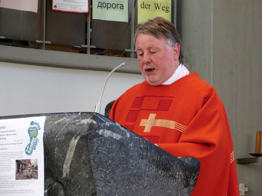 Pfarrer Rolf Glaser bei seinen einführenden Worte