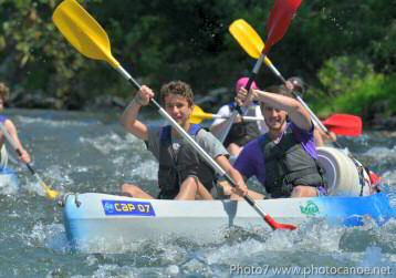 Descente en canoë ou kayak sur la rivière Ardèche dans un rapide, proche des gorges de l'Ardèche et de vallon pont d'arc