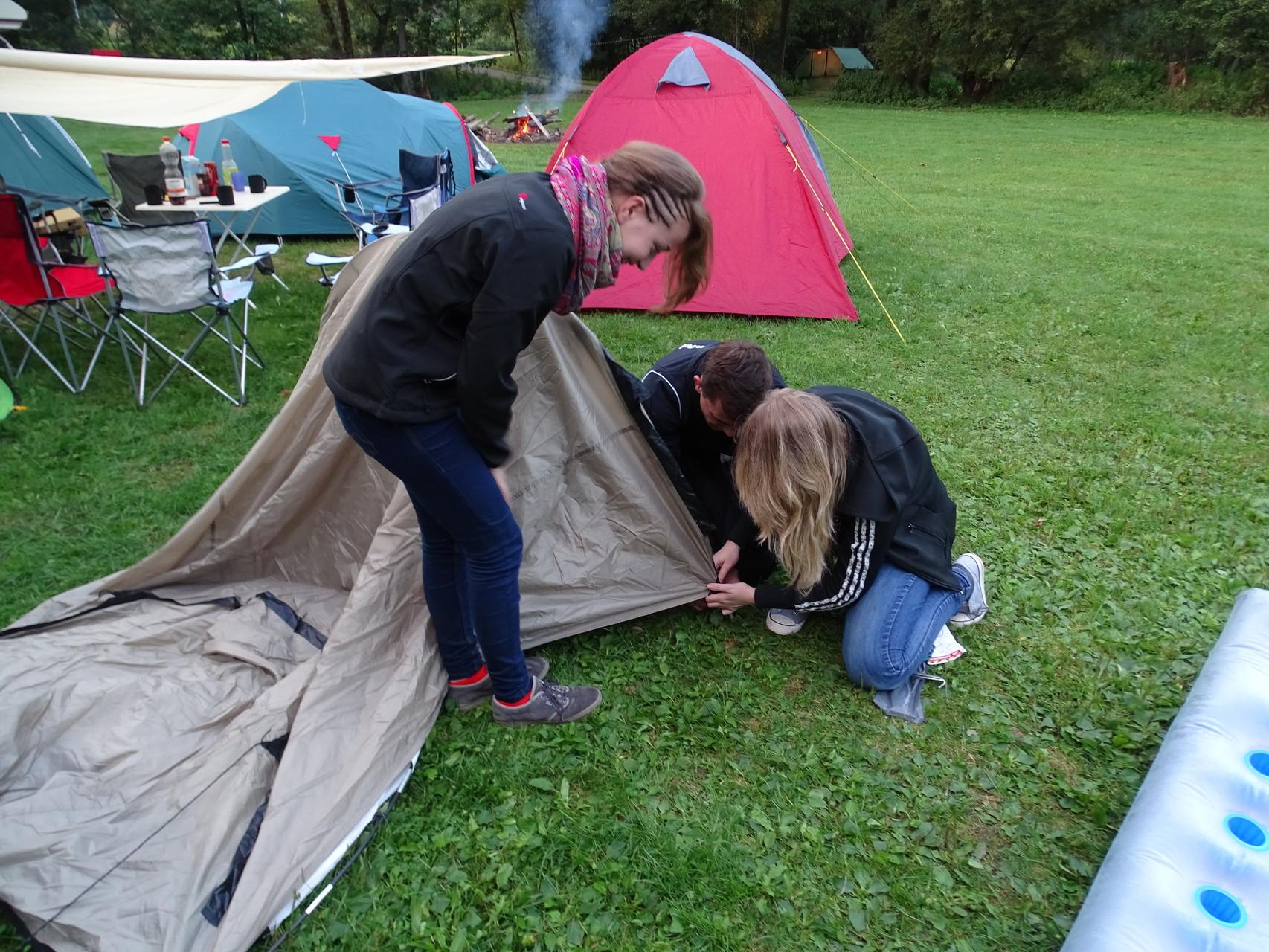 Die erste Teambuilding-Aufgabe: gemeinsamer Zeltaufbau ;)