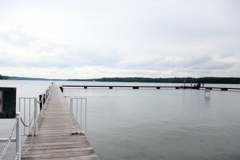 Auf dem Gelände war auch ein See, in dem aber aufgrund des Wetters nur die Härtesten badeten :D (Foto: Melanie Silies)