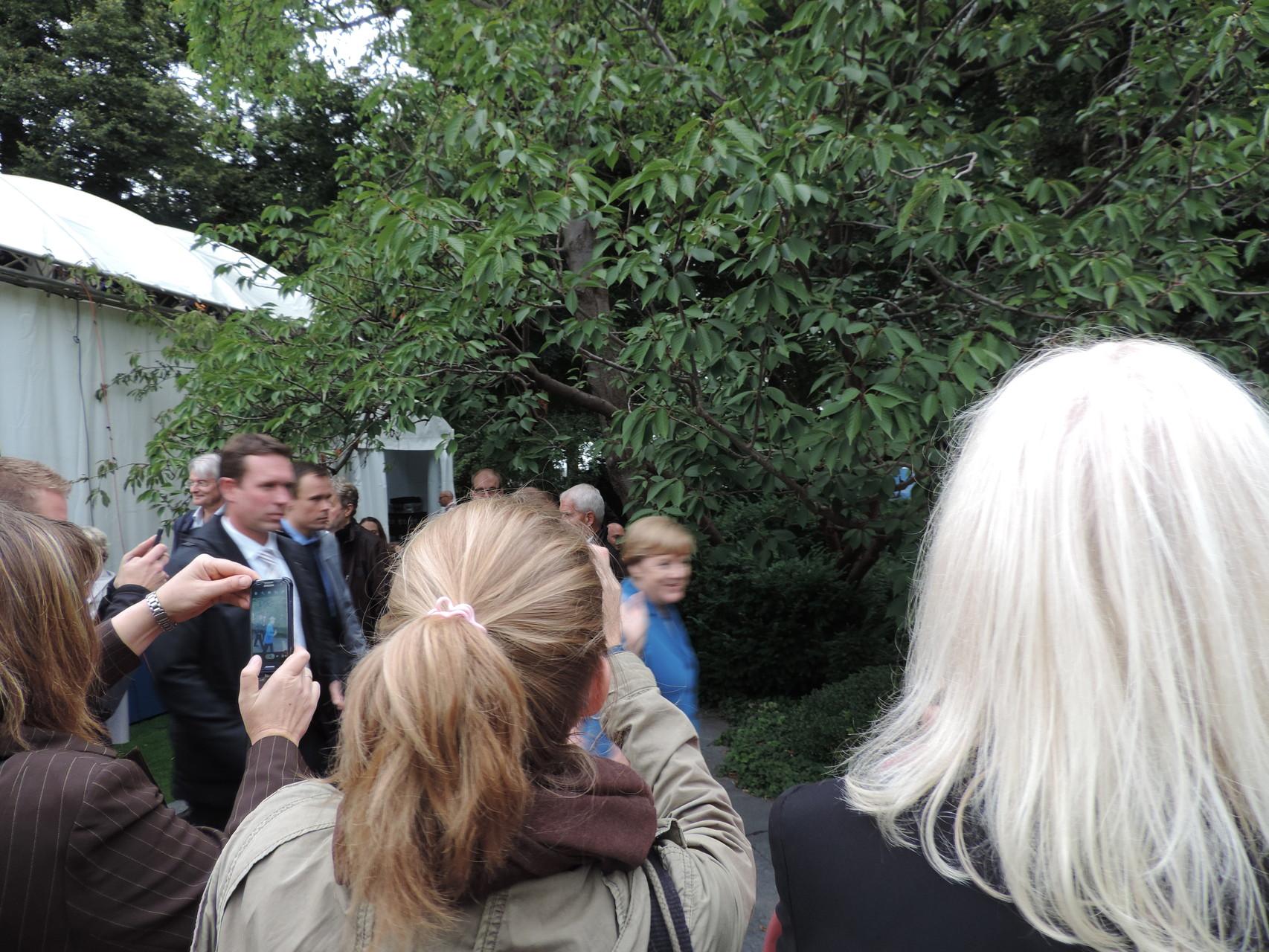 Die Bundeskanzlerin, Frau Merkel, war auch kurz anwesend, allerdings im Stechschritt unterwegs, sodass das Bild etwas arg unscharf wurde ;)