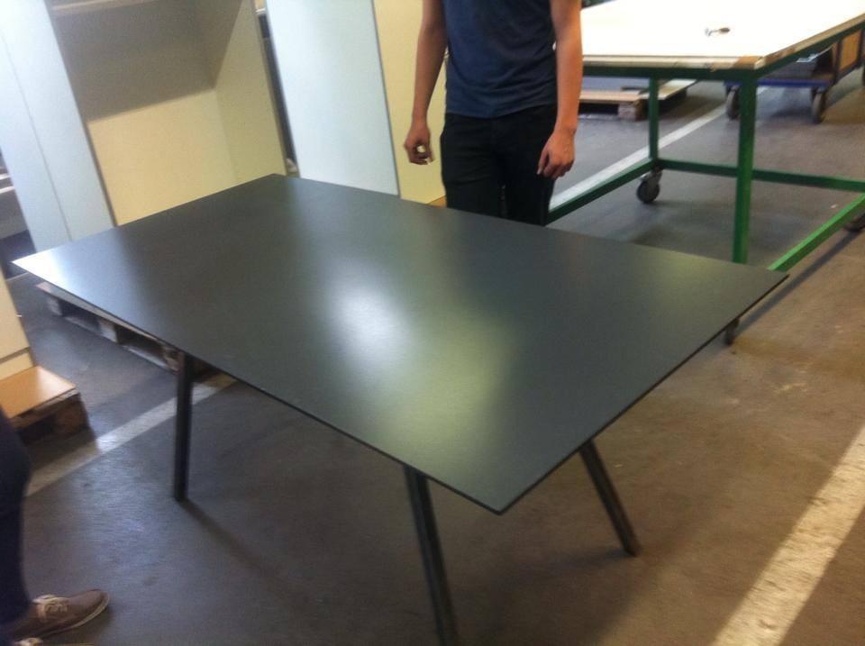 So wird einer der drei fertigen Tische ausschauen :) (angeschraubt kann die Tischplatte aber erst nach dem Waschen des Untergestells werden)