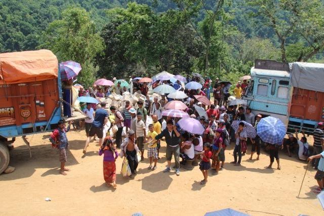 Menschenmenge vor den LKWs mit Hilfsgütern