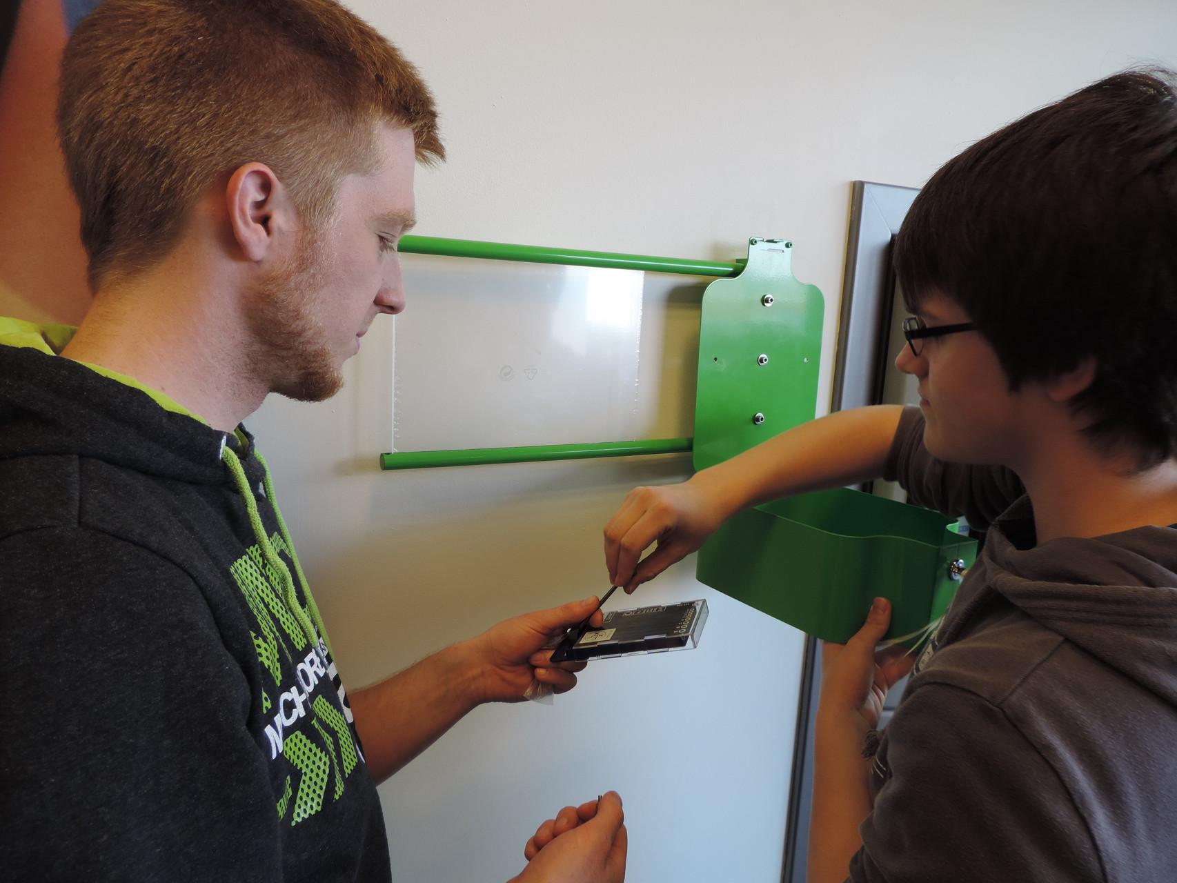 Und auch im Edeka in Knetzgau läuft die Aktion bereits! Hier bauen Kevin und Lukas die Pfandbox auf.