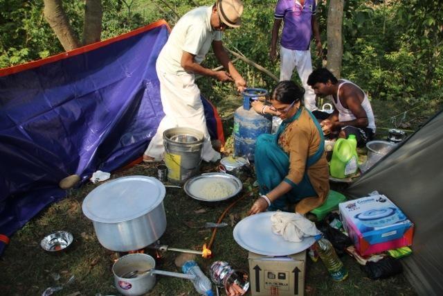 Nach dem Erdbeben in Nepal/Nordindien: gemeinsames Kochen. Außerdem mussten...