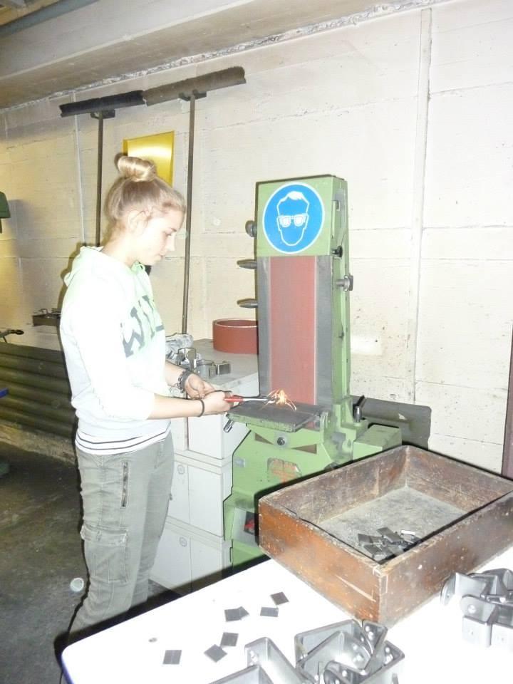 Bei den zuvor gesägten Metallteilen müssen die Kanten weggeschliffen werden.