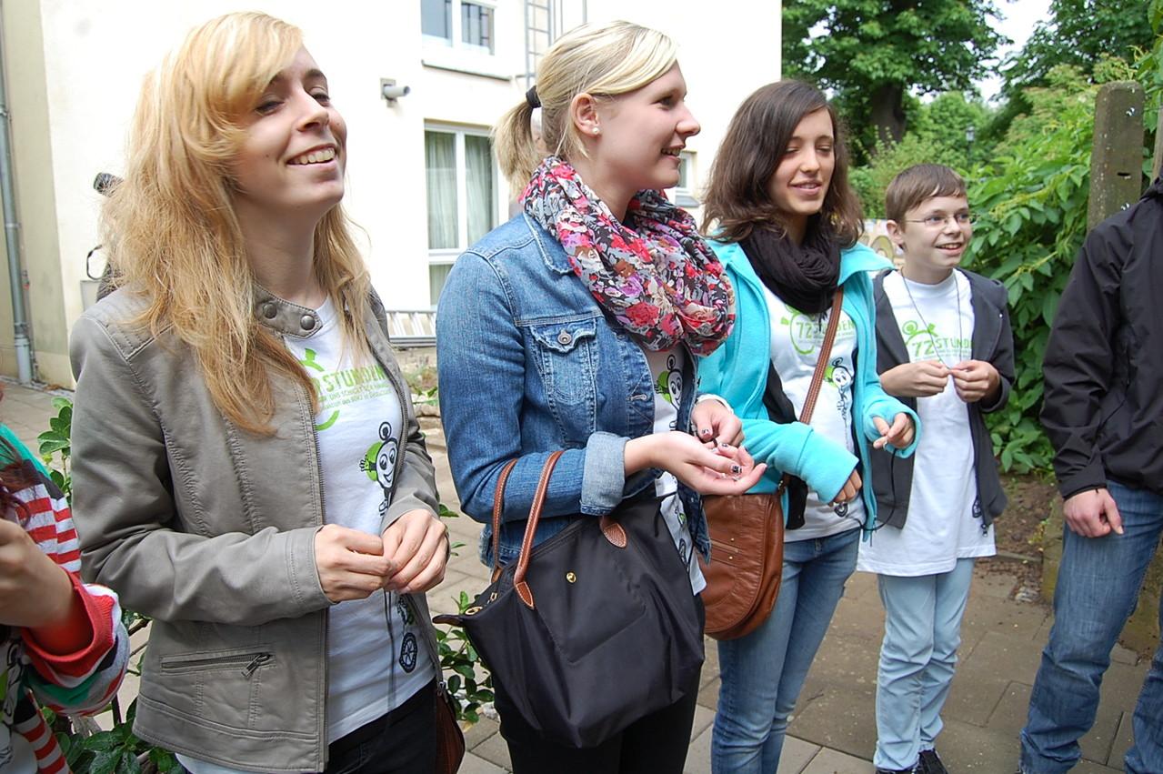 Glückliche Gesichter auch bei den 72h-Akteuren - Isabell Kuhn schenkte jedem Helfer eine Halskette mit kleiner Schaufel als Anhänger. Eine schöne symbolische Erinnerung.