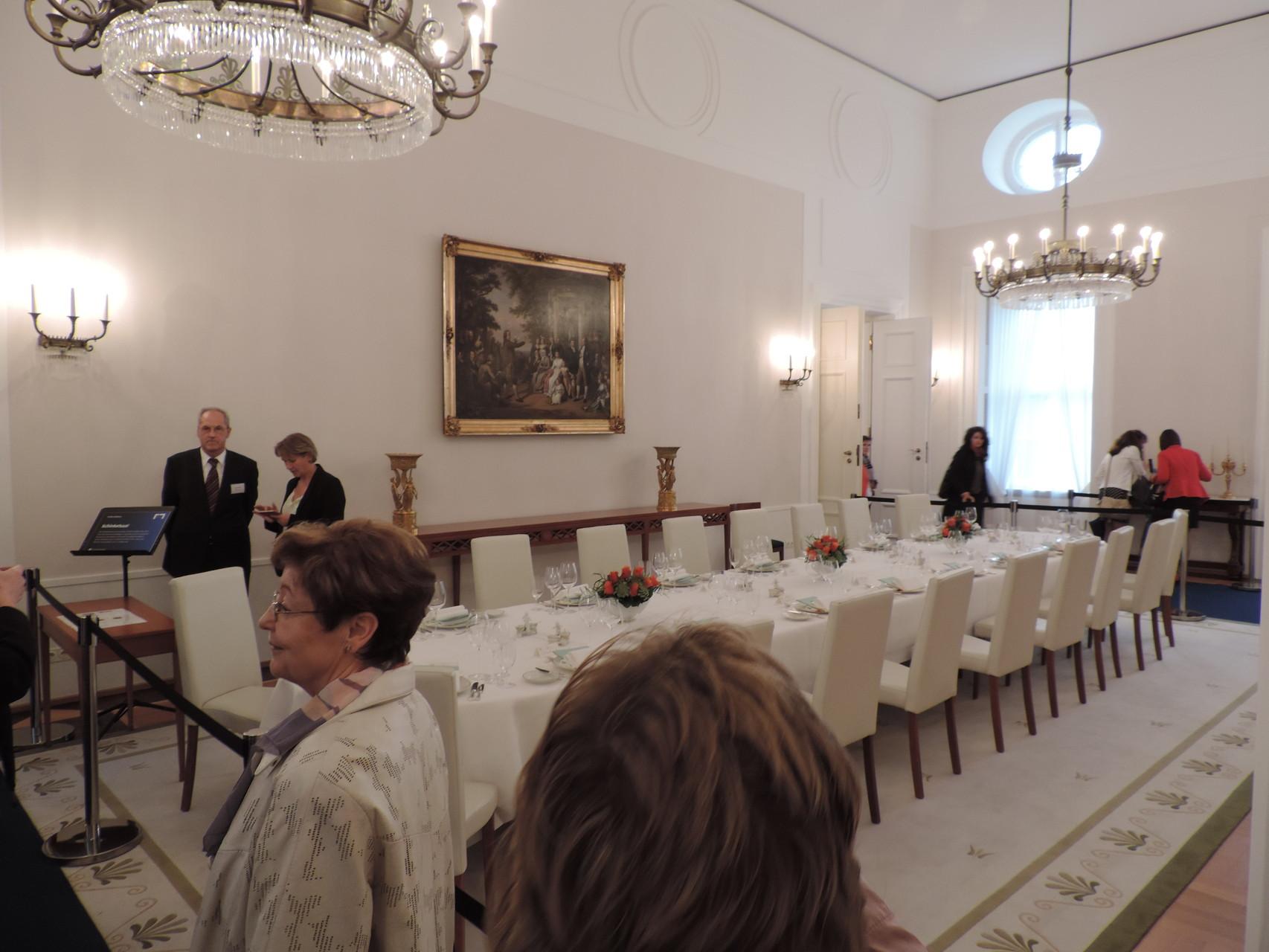 Ein weiterer Aspekt, um Bundespräsident zu werden: Er hat viel Platz in seinem Schloss. Viele Salons und Säle durften auch wir ansehen. Normalerweise werden hier unter anderem internationale und hochrangige Politiker mit deren Delegationen empfangen.