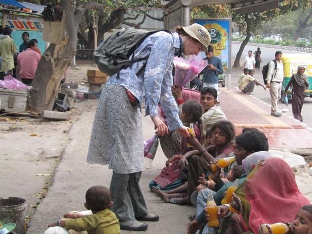 Indien: Mangosaft wird an Kinder verteilt