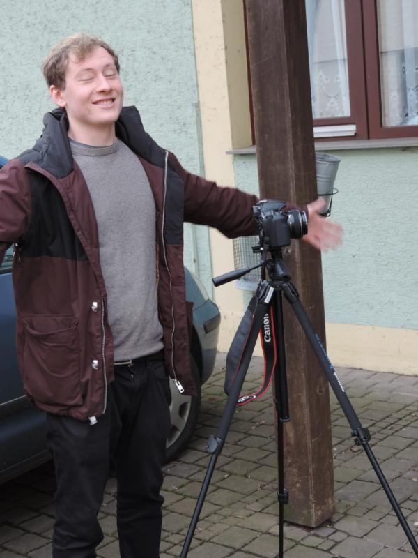 Felix genießt die frische Landluft - da kann man in Berlin lange suchen :P