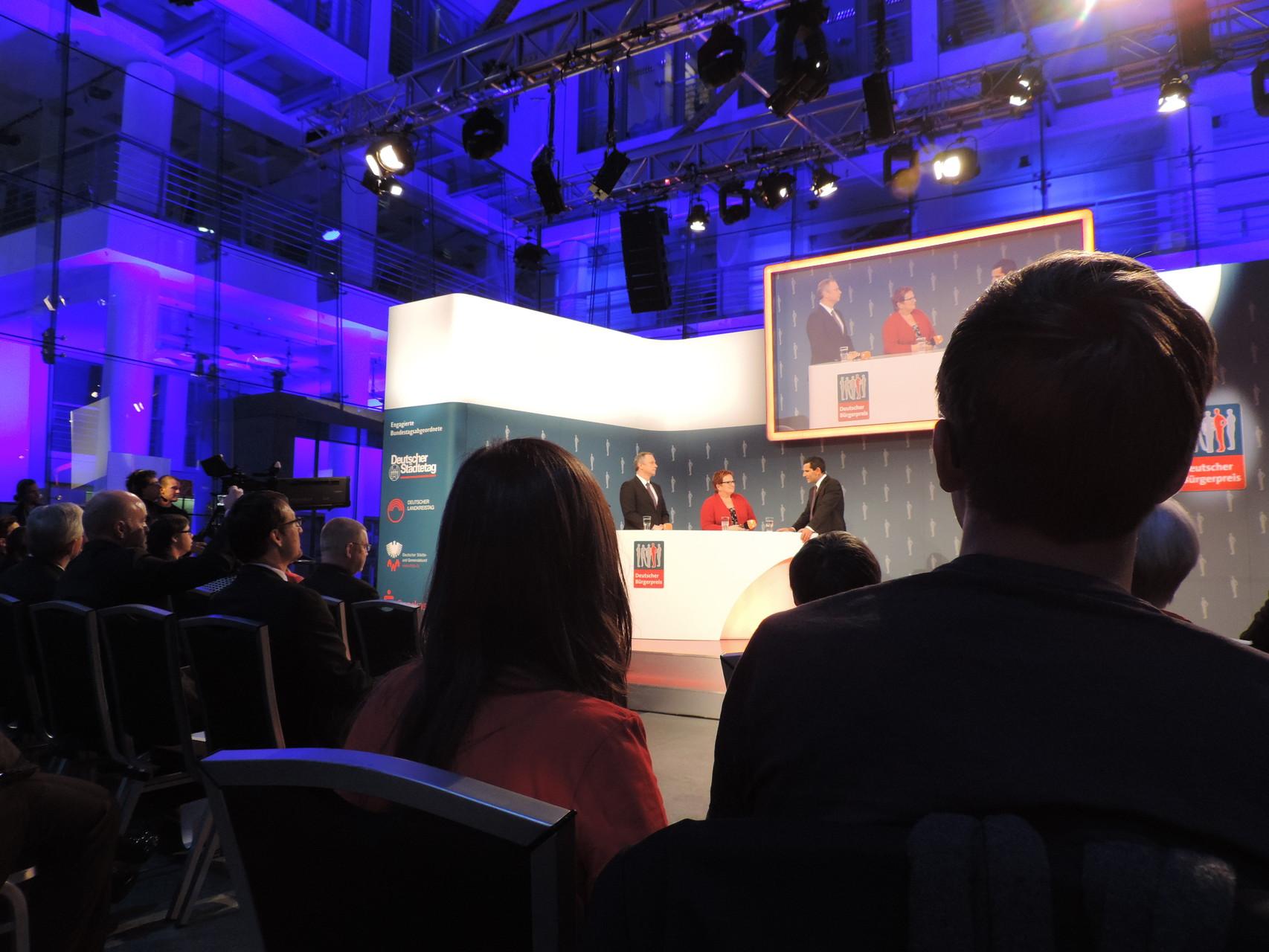 Der Moderator im Gespräch mit Laudatorin Elke Ferner, Parlamentarische Staatssekretärin im Bundesfamilienministerium sowie Georg Fahrenschon, Präsident des Deutschen Sparkassen- und Giroverbandes