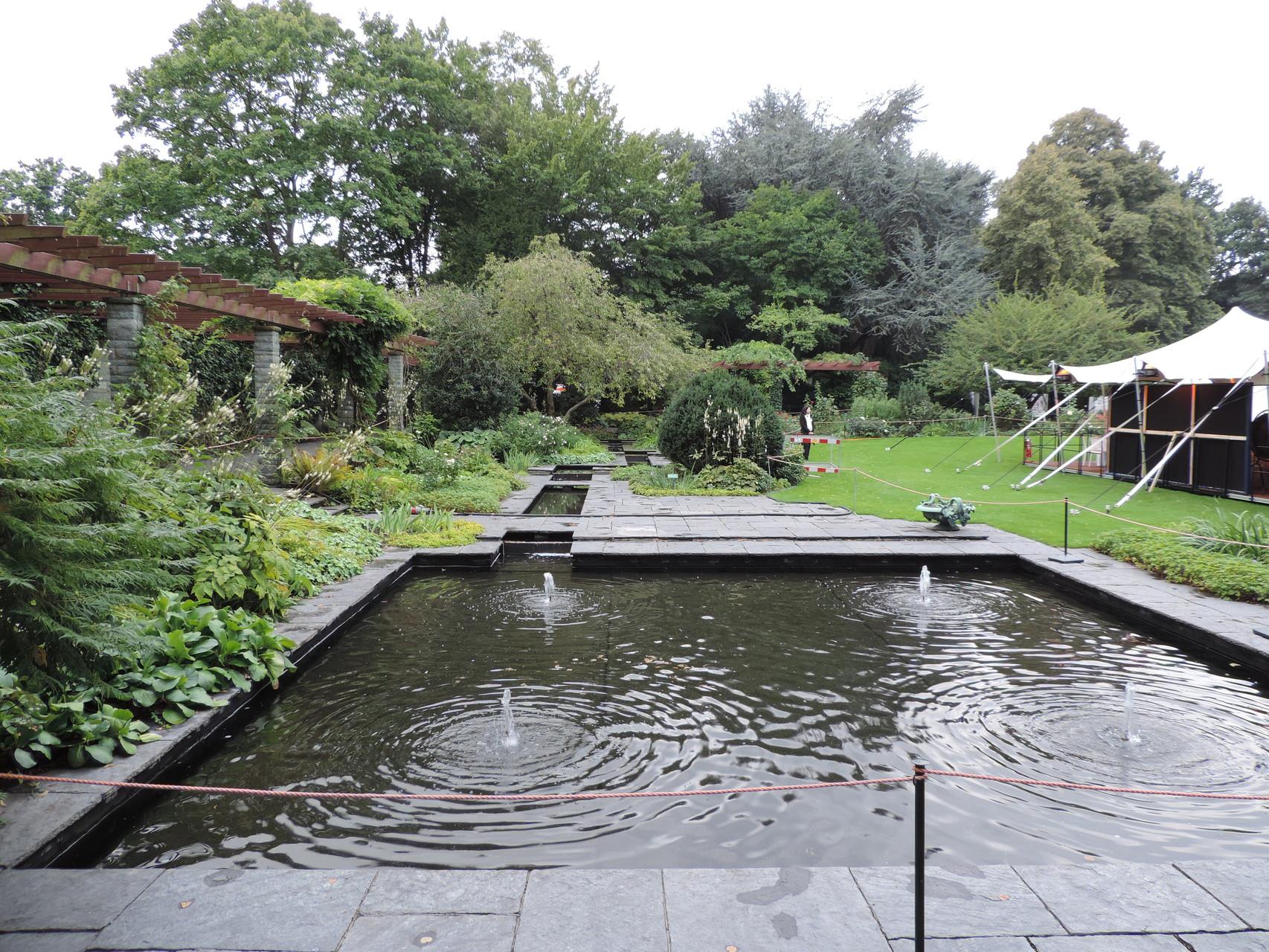 Ein Aspekt, um die Laufbahn des Bundespräsidenten zu einzuschlagen: Er hat einen riesigen Garten, der ganz nett gestaltet ist :P