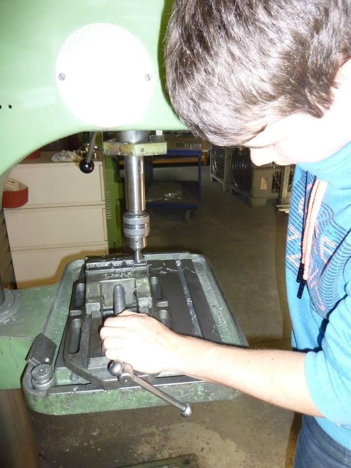 In die Halterungen für einen Sockel am Regal für besseren Stand werden Löcher zum befestigen gebohrt.